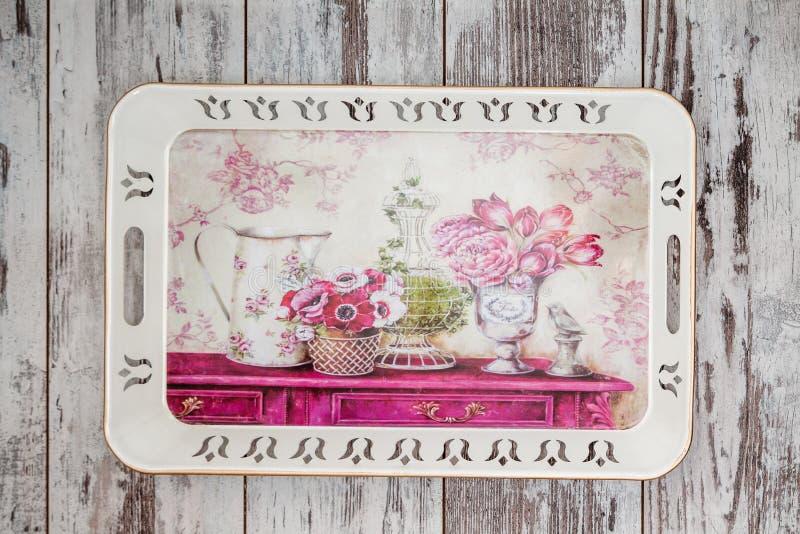 Διακοσμητικός δίσκος με το Floral σχέδιο στοκ φωτογραφίες