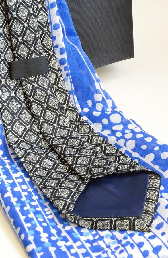 Διακοσμητικός λαιμοδέτης και μπλε headscarf στοκ εικόνα με δικαίωμα ελεύθερης χρήσης