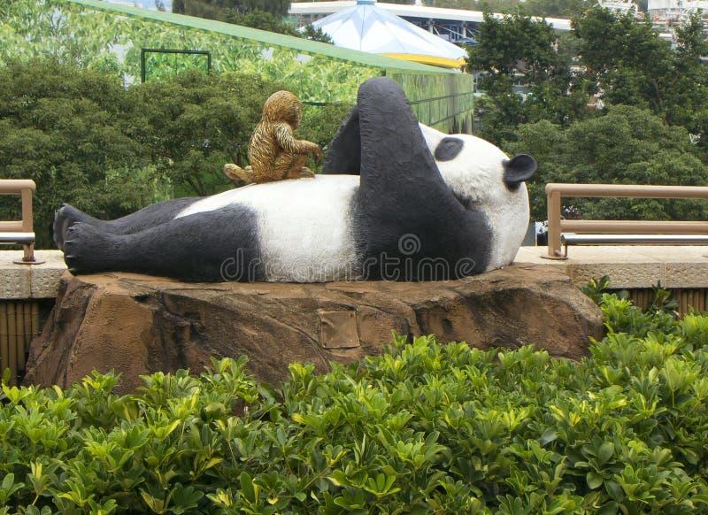 Διακοσμητικός αριθμός η άσπρη Panda με έναν πίθηκο στοκ φωτογραφίες