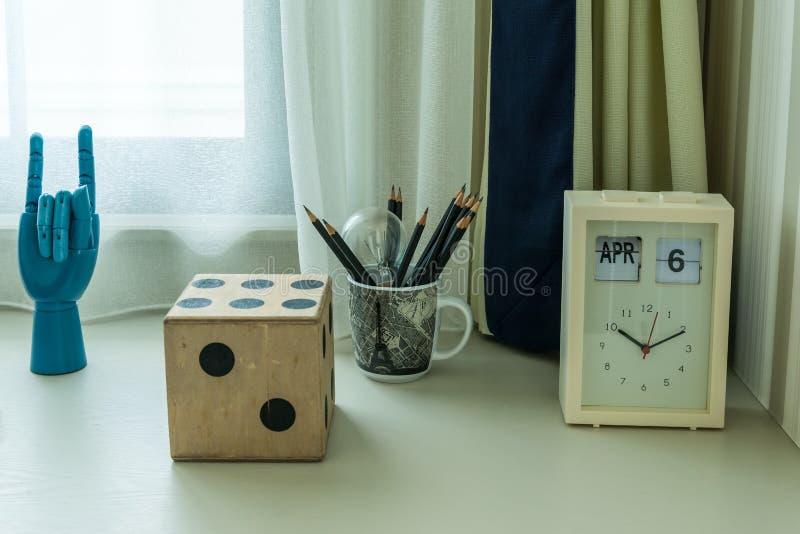 Διακοσμητικός πίνακας με τα μολύβια και το ρολόι στοκ εικόνα με δικαίωμα ελεύθερης χρήσης
