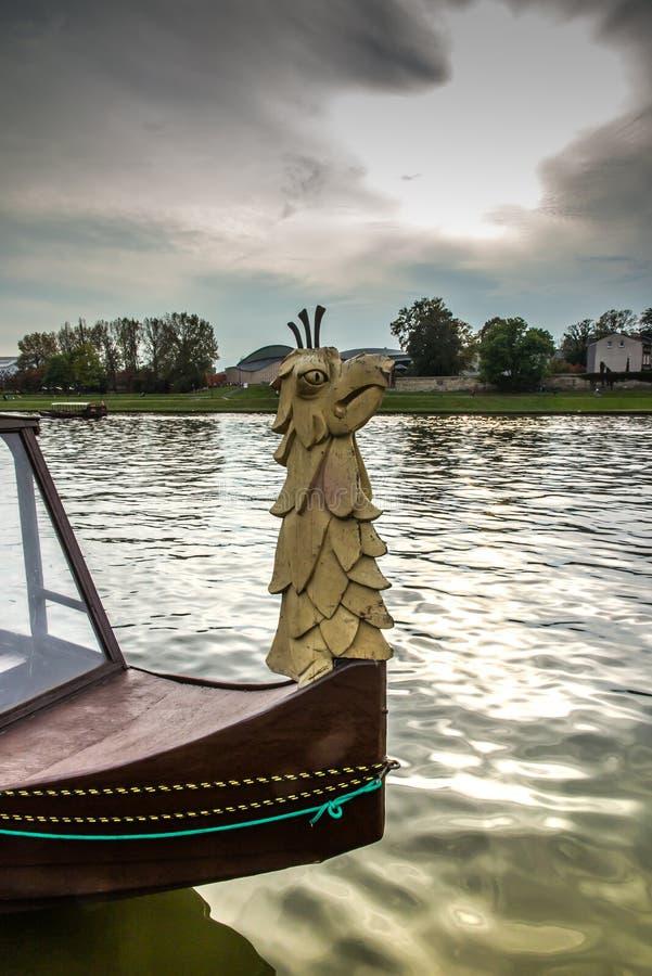 Διακοσμητικός ραμφίστε τις βάρκες τουριστών που επιπλέουν στον ποταμό Vistula στο Κ στοκ εικόνες με δικαίωμα ελεύθερης χρήσης