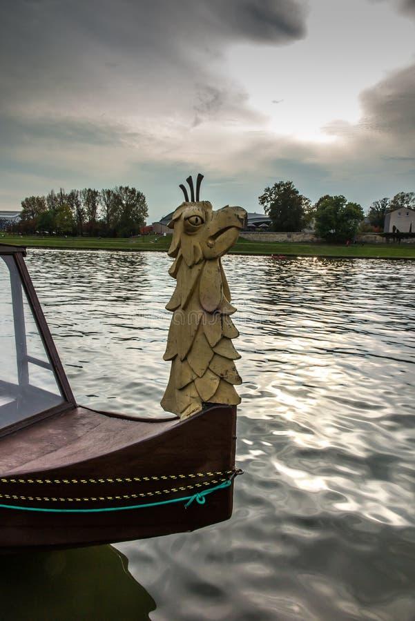 Διακοσμητικός ραμφίστε τις βάρκες τουριστών που επιπλέουν στον ποταμό Vistula στο Κ στοκ εικόνες
