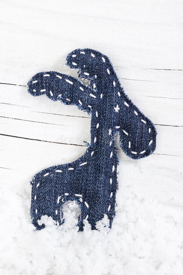 Διακοσμητικός τάρανδος Χριστουγέννων στο χιόνι στοκ φωτογραφία με δικαίωμα ελεύθερης χρήσης