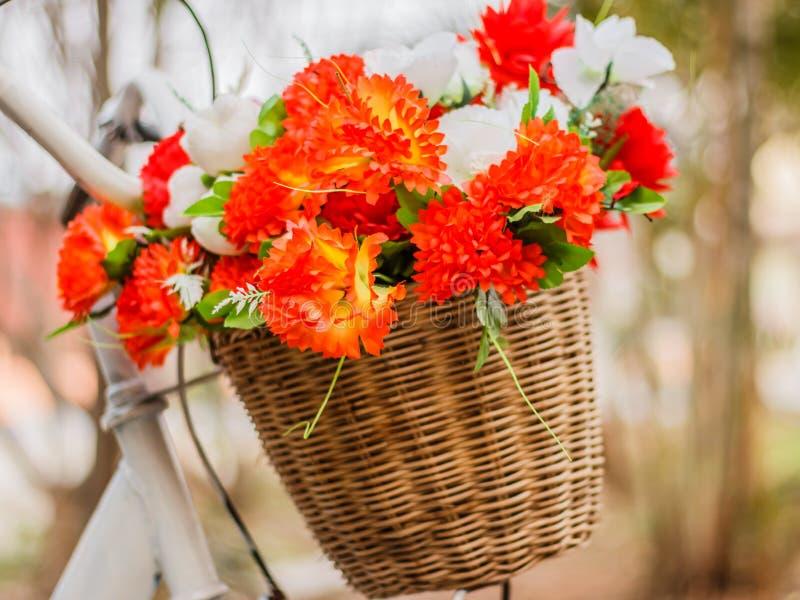 Διακοσμητικός το ποδήλατο με τα τεχνητά λουλούδια στοκ φωτογραφία με δικαίωμα ελεύθερης χρήσης