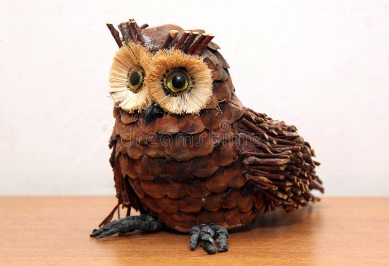 Διακοσμητικό αντικείμενο αχύρου κουκουβαγιών στο ξύλινο ράφι στοκ φωτογραφία με δικαίωμα ελεύθερης χρήσης