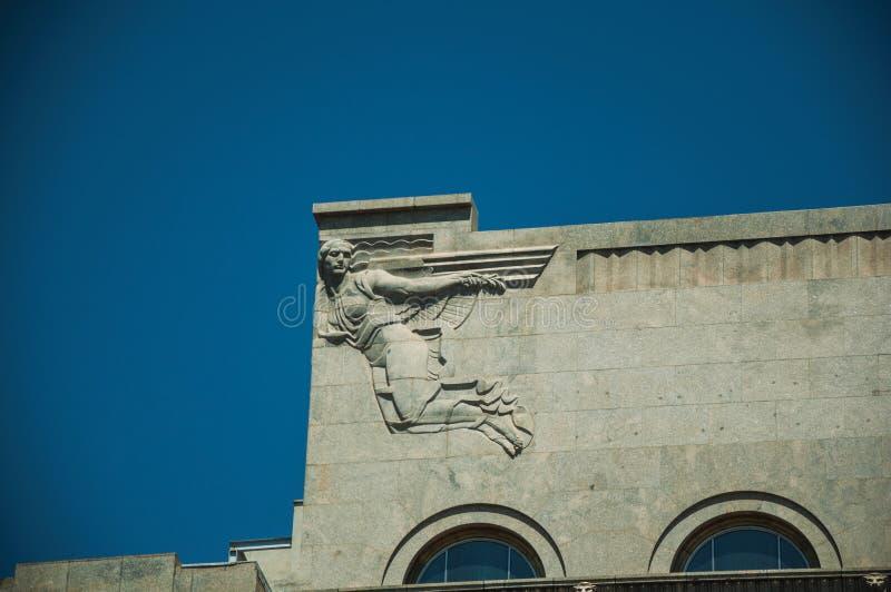 Διακοσμητικό γλυπτό στο ύφος Deco πάνω από να ενσωματώσει τη Μαδρίτη στοκ φωτογραφία