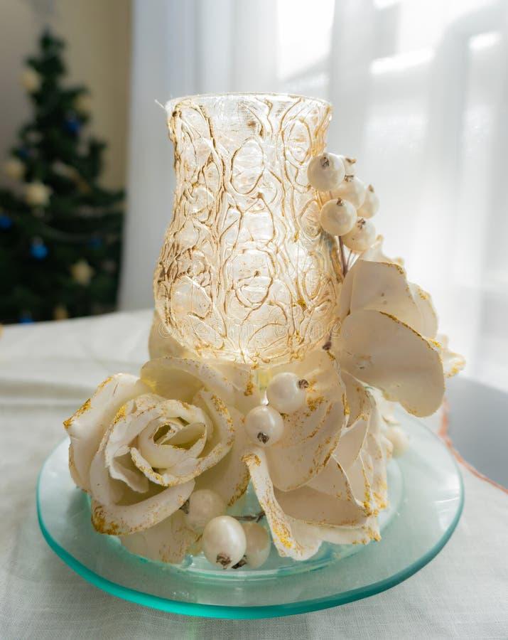 Διακοσμητικό γυαλί Χριστουγέννων με τα άσπρα τριαντάφυλλα και τις χρυσές αφές στοκ εικόνες