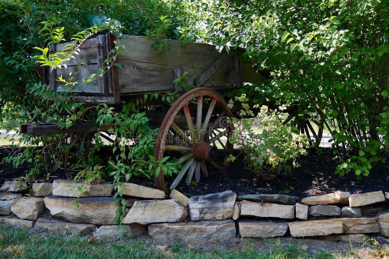 Διακοσμητικό κάρρο κήπων και πέτρινα σύνορα στοκ εικόνα