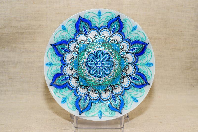 Διακοσμητικό κεραμικό πιάτο που χρωματίζεται με τα χέρια Τέχνη, χειροποίητη στοκ φωτογραφία με δικαίωμα ελεύθερης χρήσης