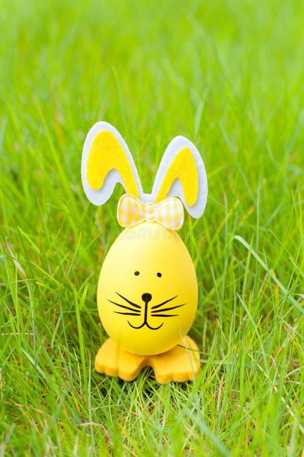 Διακοσμητικό λαγουδάκι αυγών Πάσχας στην πράσινη χλόη στοκ φωτογραφία με δικαίωμα ελεύθερης χρήσης