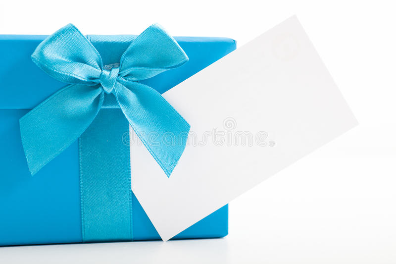 Διακοσμητικό μπλε δώρο Χριστουγέννων με μια κενή ετικέττα στοκ εικόνα