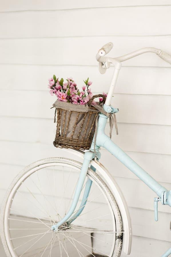 Διακοσμητικό ποδήλατο ith ένα καλάθι των λουλουδιών στοκ εικόνα
