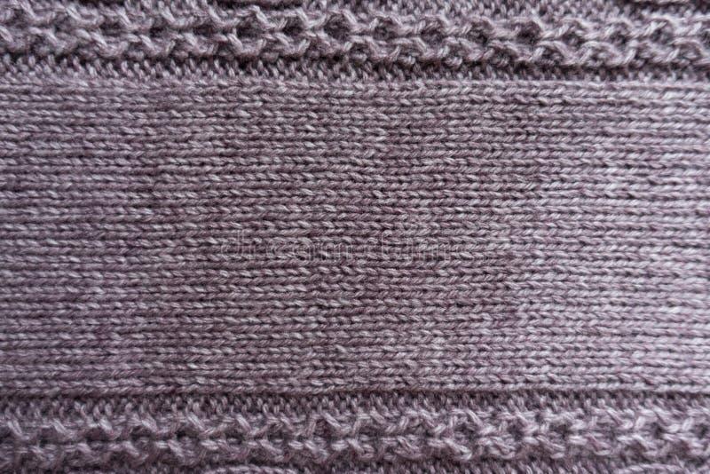 Διακοσμητικό σχέδιο στις άκρες του υφάσματος βελονιών γυναικείων καλτσών puce στοκ εικόνα με δικαίωμα ελεύθερης χρήσης