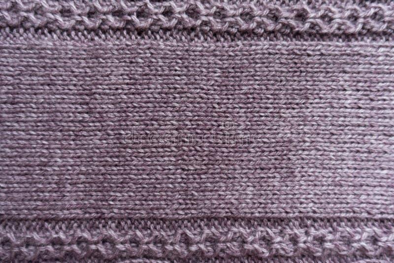 Διακοσμητικό σχέδιο στις άκρες του υφάσματος βελονιών γυναικείων καλτσών puce στοκ φωτογραφία με δικαίωμα ελεύθερης χρήσης