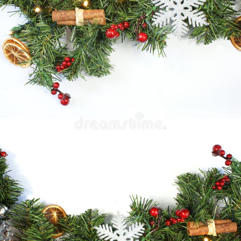Διακοσμητικό υπόβαθρο Χριστουγέννων με τις διακοσμήσεις και το BR δέντρων έλατου στοκ φωτογραφία με δικαίωμα ελεύθερης χρήσης