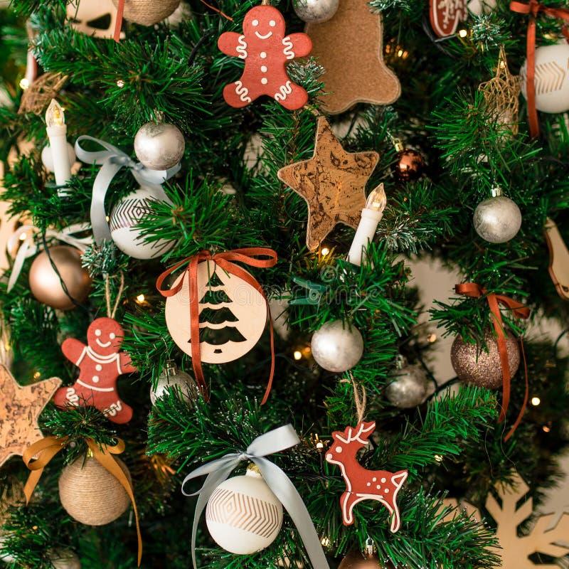 Διακοσμητικό χειμερινό δέντρο Χριστουγέννων - παιχνίδια, γιρλάντες στο δέντρο στοκ εικόνα
