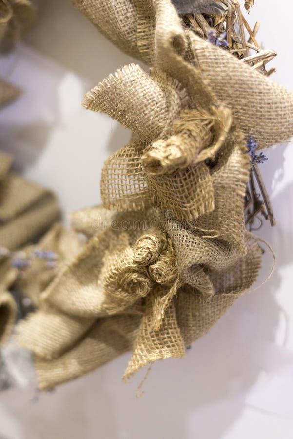Διακοσμητικό burlap προϊόν, χειροποίητο τεμάχιο στεφανιών Χριστουγέννων στοκ εικόνες