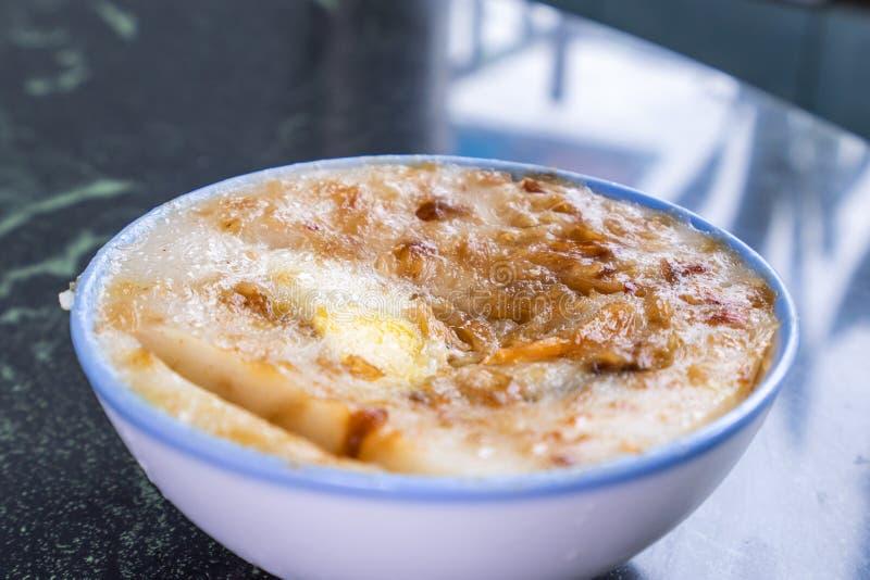 Διακριτικά διάσημα πρόχειρα φαγητά της Ταϊβάν ` s: Αλμυρό gui Wa πουτίγκας ρυζιού σε ένα άσπρο κύπελλο στον πίνακα πετρών, λιχουδ στοκ εικόνα
