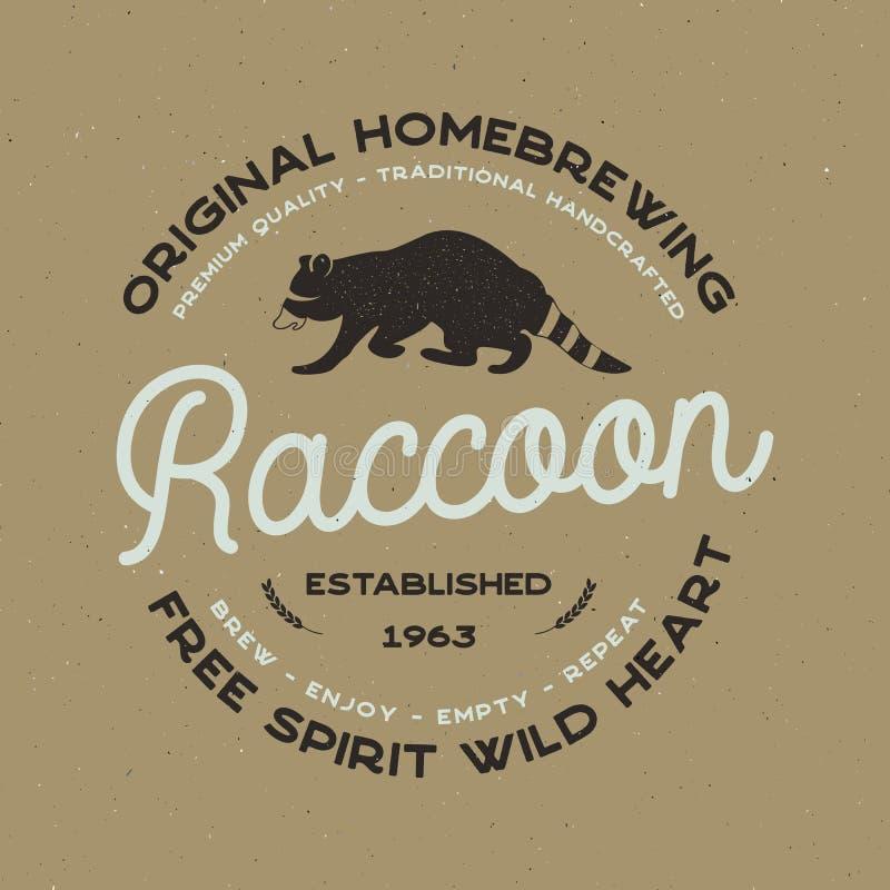 Διακριτικό άγριων ζώων με τα στοιχεία ρακούν και τυπογραφίας Πρότυπο λογότυπων μπύρας για την παρασκευή της επιχείρησης Ετικέτα σ απεικόνιση αποθεμάτων