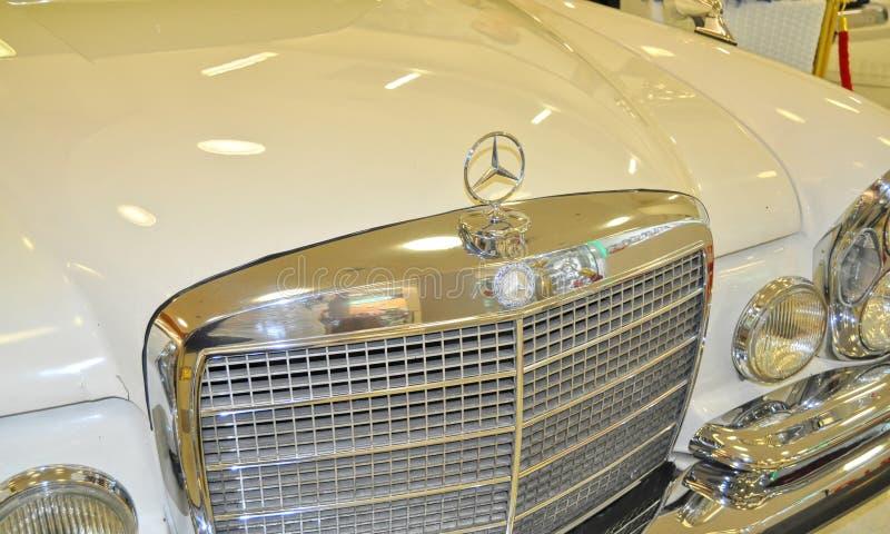 διακριτικό η κλασική Mercedes στοκ εικόνα