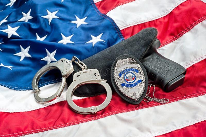 Διακριτικό και πυροβόλο όπλο αστυνομίας στοκ φωτογραφία με δικαίωμα ελεύθερης χρήσης
