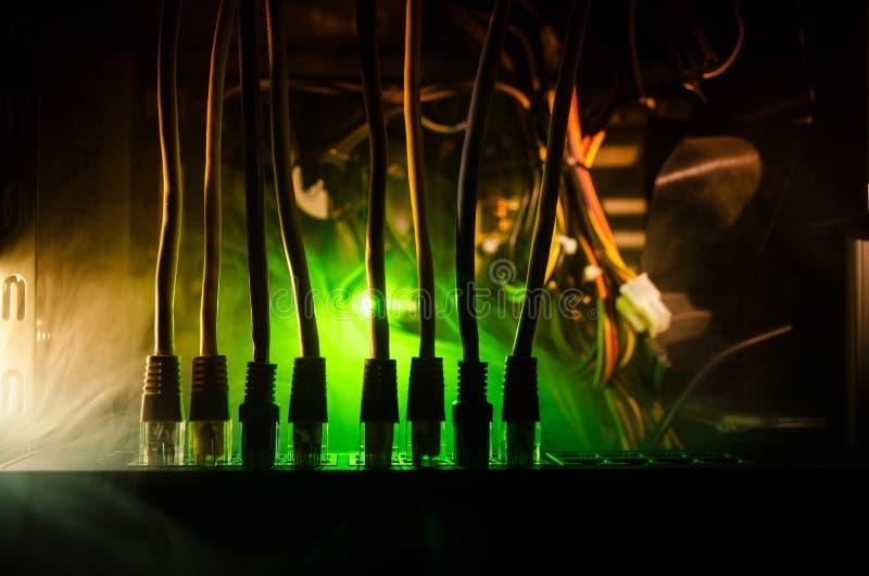 Διακόπτης δικτύων και ethernet καλώδια, σύμβολο των παγκόσμιων επικοινωνιών Χρωματισμένα καλώδια δικτύων στο σκοτεινό υπόβαθρο με στοκ εικόνες με δικαίωμα ελεύθερης χρήσης