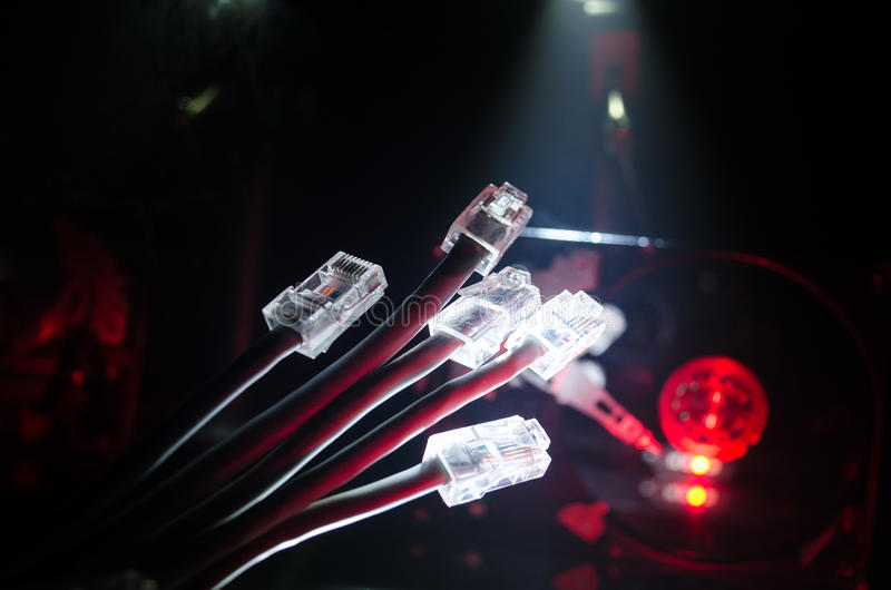 Διακόπτης δικτύων και ethernet καλώδια, σύμβολο των παγκόσμιων επικοινωνιών Χρωματισμένα καλώδια δικτύων στο σκοτεινό υπόβαθρο με στοκ φωτογραφία με δικαίωμα ελεύθερης χρήσης