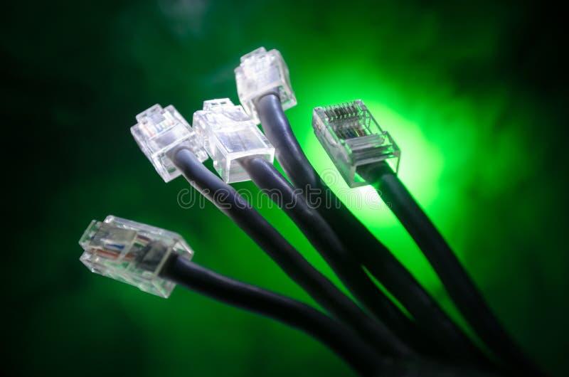 Διακόπτης δικτύων και ethernet καλώδια, σύμβολο των παγκόσμιων επικοινωνιών Χρωματισμένα καλώδια δικτύων στο σκοτεινό υπόβαθρο με στοκ εικόνα με δικαίωμα ελεύθερης χρήσης