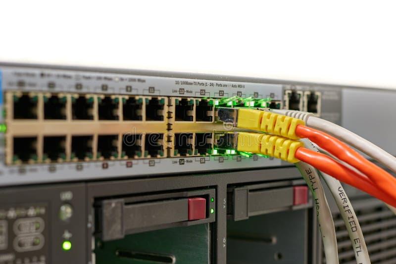Διακόπτης δικτύων με τα καλώδια στοκ εικόνα