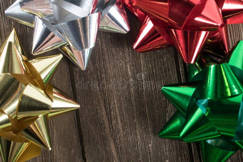 Διακόσμηση ή κορδέλλες δώρων Χριστουγέννων σε ένα εκλεκτής ποιότητας ξύλο στοκ φωτογραφίες με δικαίωμα ελεύθερης χρήσης