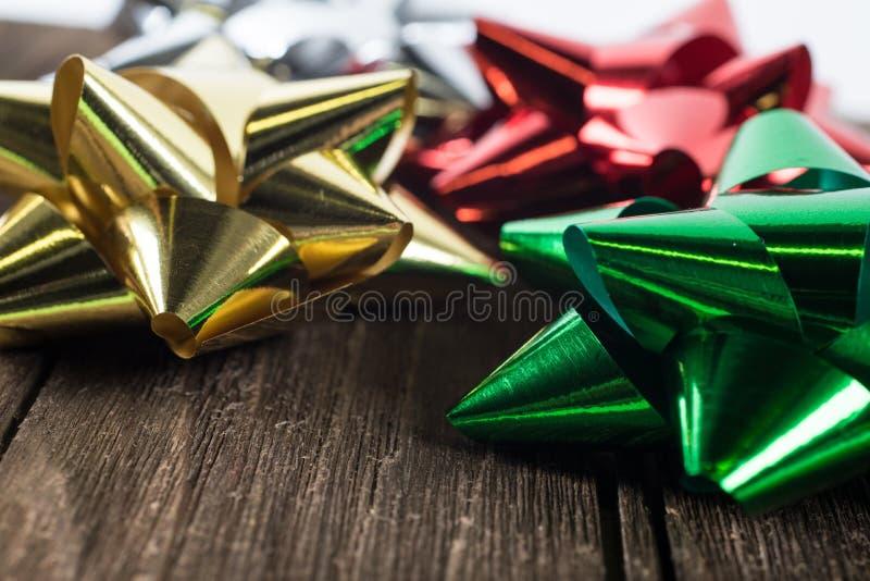 Διακόσμηση ή κορδέλλες δώρων Χριστουγέννων σε ένα εκλεκτής ποιότητας ξύλο στοκ εικόνα