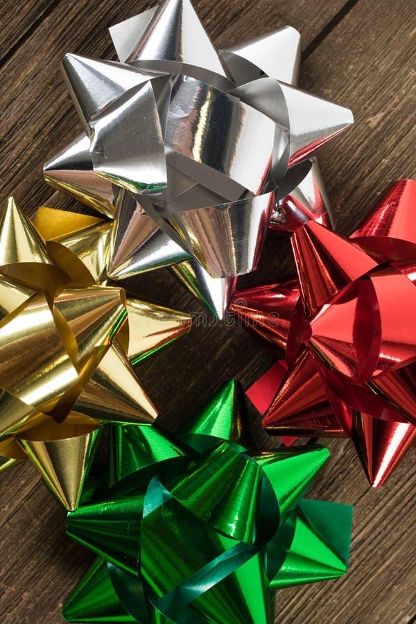 Διακόσμηση ή κορδέλλες δώρων Χριστουγέννων σε ένα εκλεκτής ποιότητας ξύλο στοκ εικόνες