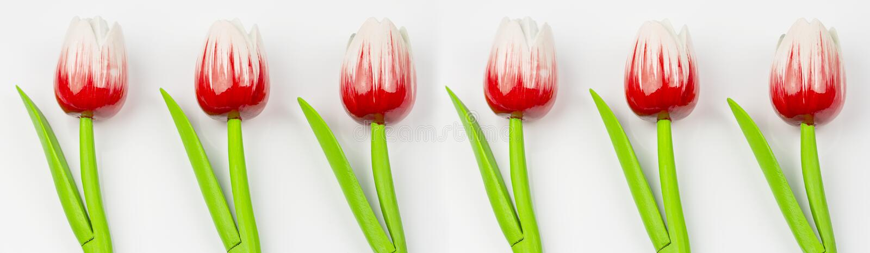 Διακόσμηση από τα τεχνητά λουλούδια, ξύλινες κόκκινες τουλίπες σε ένα άσπρο υπόβαθρο Διακόσμηση σχεδίων λουλουδιών στοκ εικόνες