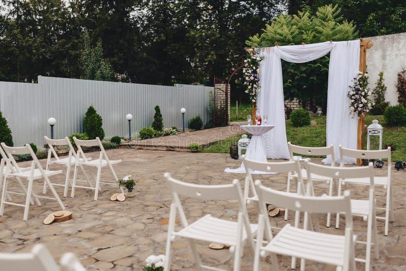 Διακόσμηση γαμήλιας τελετής, καρέκλες, αψίδες, λουλούδια και διάφορο ντεκόρ στοκ εικόνες με δικαίωμα ελεύθερης χρήσης