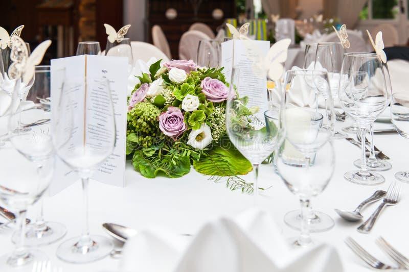 Διακόσμηση γαμήλιων πινάκων με την ανθοδέσμη λουλουδιών στοκ φωτογραφία με δικαίωμα ελεύθερης χρήσης