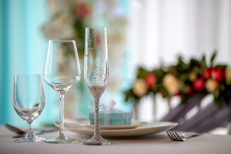 Διακόσμηση γαμήλιων πινάκων Τρία διακοσμημένα γυαλιά και πιάτα στο γαμήλιο πίνακα στοκ εικόνα