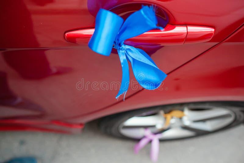 Διακόσμηση γαμήλιων αυτοκινήτων Μπλε κορδέλλα στοκ φωτογραφίες με δικαίωμα ελεύθερης χρήσης