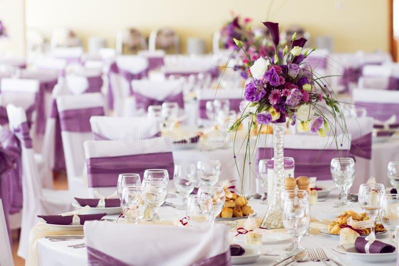 Διακόσμηση γαμήλιων πινάκων με τα λουλούδια. στοκ εικόνες με δικαίωμα ελεύθερης χρήσης