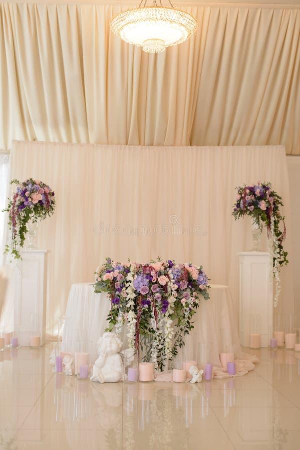 Διακόσμηση γαμήλιων πινάκων στο ελεφαντόδοντο και ιώδη χρώματα με τα αρχικά του fiance και του fiancee ως κάλυψη των όπλων στοκ φωτογραφία με δικαίωμα ελεύθερης χρήσης