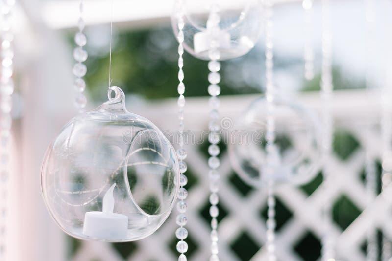 Διακόσμηση για την όμορφη τελετή θερινού γάμου υπαίθρια Γαμήλια αψίδα φιαγμένη από ελαφρύ ύφασμα και άσπρα και ρόδινα λουλούδια σ στοκ φωτογραφία