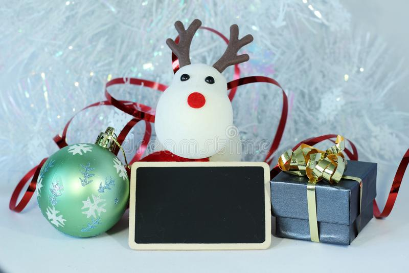 Διακόσμηση γιορτής Χριστουγέννων με μια κενή πλάκα μηνυμάτων στοκ εικόνα