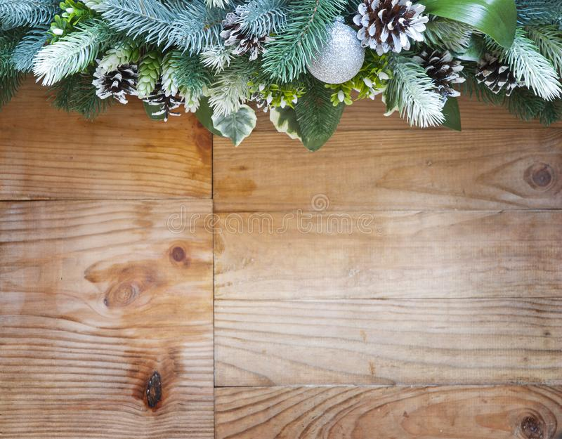 Διακόσμηση δέντρων έλατου Χριστουγέννων με τους κώνους και τις σφαίρες έλατου στοκ φωτογραφία