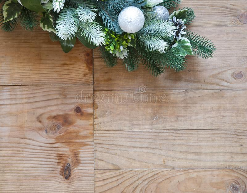 Διακόσμηση δέντρων έλατου Χριστουγέννων με τους κώνους και τις σφαίρες έλατου στοκ φωτογραφία με δικαίωμα ελεύθερης χρήσης
