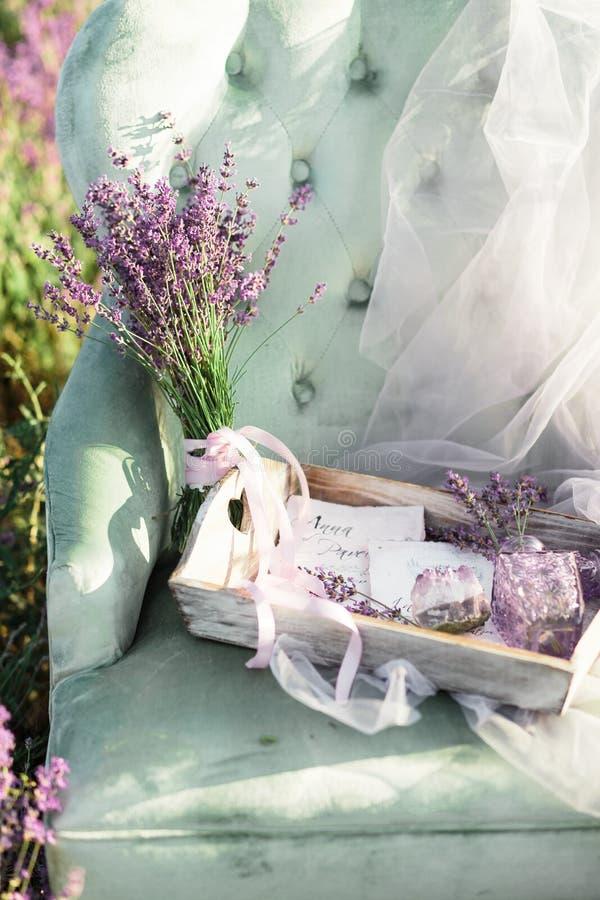 Διακόσμηση εδρών lavender purpur στον τομέα στο χρυσό ηλιοβασίλεμα στοκ φωτογραφία