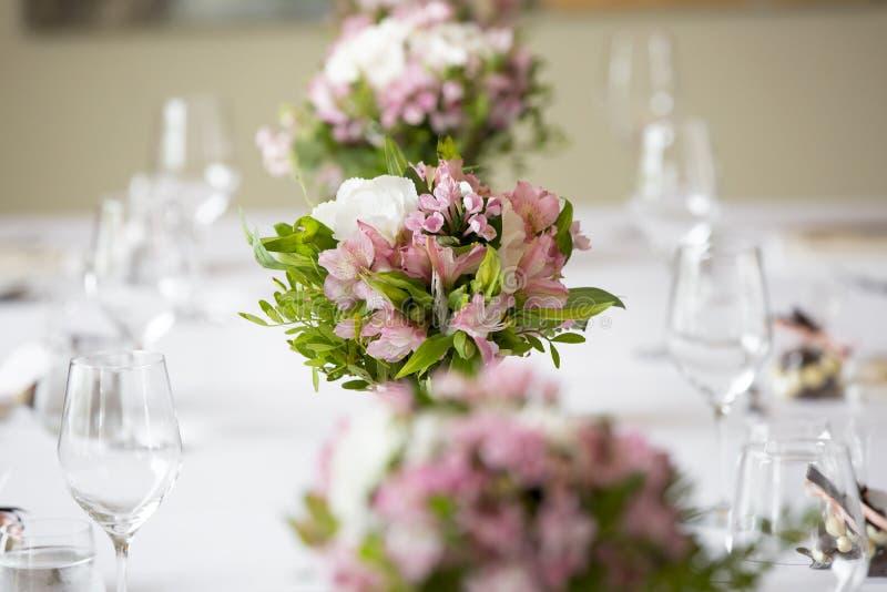 Διακόσμηση επιτραπέζιων λουλουδιών γαμήλιου συμποσίου στοκ εικόνες