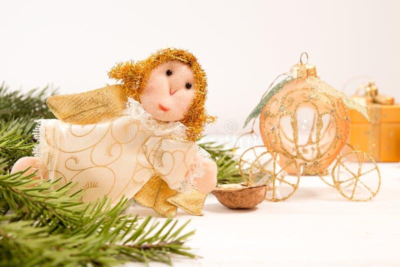 Διακόσμηση διακοπών Χριστουγέννων: άγγελος και μεταφορά στο άσπρο backgr στοκ εικόνες