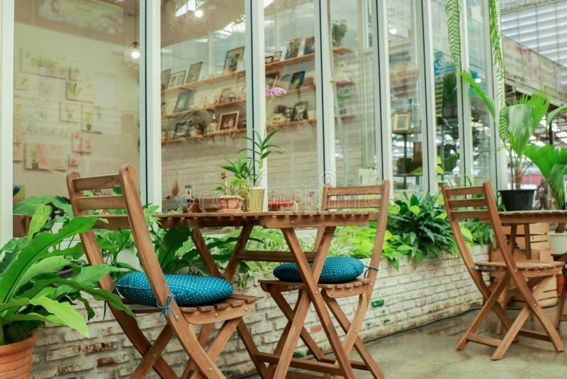 Διακόσμηση και καρέκλες κήπων έξω από το κατάστημα υπάρχουν ξύλινες καρέκλες στον κήπο στοκ εικόνες