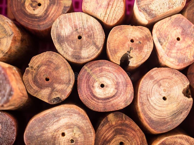 Διακόσμηση κούτσουρων περικοπών που τακτοποιείται στο σωρό στοκ εικόνα