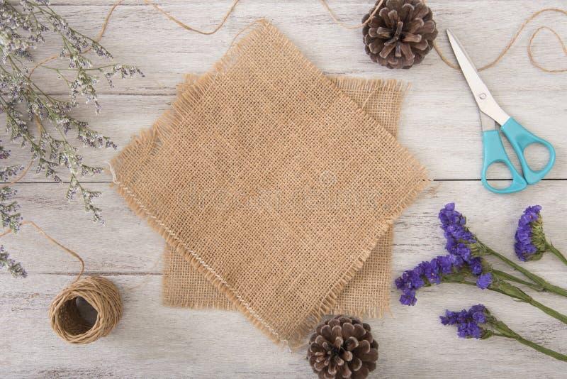 Διακόσμηση λουλουδιών και sackcloth στον ξύλινο πίνακα με το έμβλημα επιτροπής στοκ εικόνα με δικαίωμα ελεύθερης χρήσης