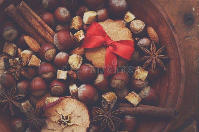 Διακόσμηση με τα καρύδια, τα ξηρά μήλα, τα καρυκεύματα και τα μπισκότα μελοψωμάτων στοκ φωτογραφία με δικαίωμα ελεύθερης χρήσης